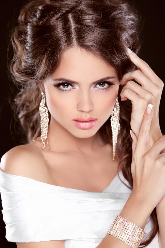 Beauty Bride. Beautiful elegant brunette girl, fashion model posing. Make up. Hairstyle. Jewelry. Studio Photo
